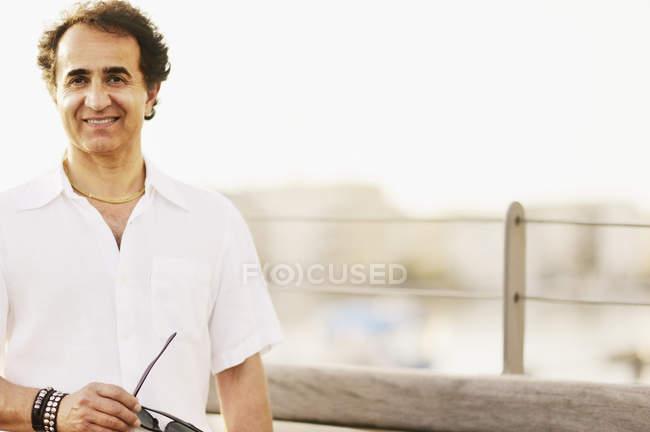Retrato del hombre maduro sonriendo, enfoque selectivo - foto de stock