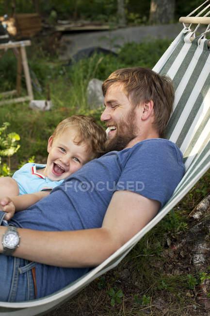 Père et fils dans l'hamac, foyer sélectif — Photo de stock