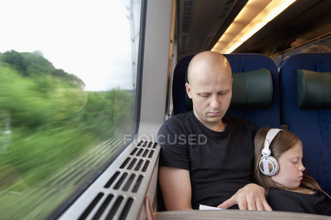 Homme et jeune fille assise sur le train, prime focus — Photo de stock