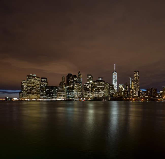 Освещенная небоскребы в Нью-Йорке ночью — стоковое фото
