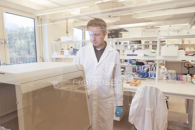 Mid Adult man working in lab — Stock Photo