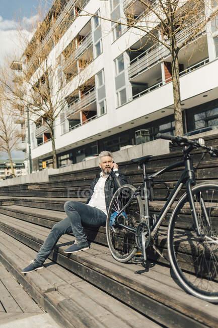 Homme en escalier avec bicyclette à Stockholm (Suède) — Photo de stock