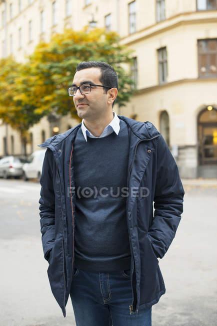 Uomo con gli occhiali che distoglie lo sguardo, concentrarsi sul primo piano — Foto stock