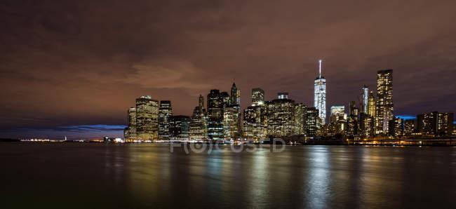 Des gratte-ciel illuminés à New York la nuit — Photo de stock