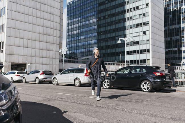 Человек бежит по улице — стоковое фото