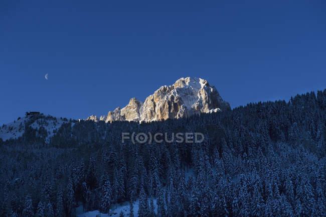 Vista panorámica de la ruta de esquí de Sella Ronda al atardecer - foto de stock