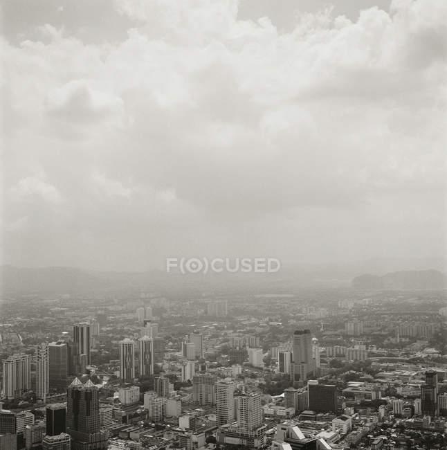 Nuvens sobre distrito financeiro em Kuala Lumpur — Fotografia de Stock