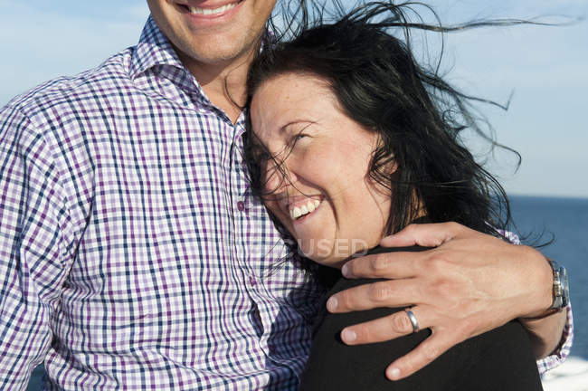 Портрет мужчины и женщины, обнимающих, сосредоточиться на переднем плане — стоковое фото