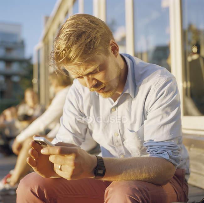 Взрослый мужчина с помощью мобильного телефона — стоковое фото