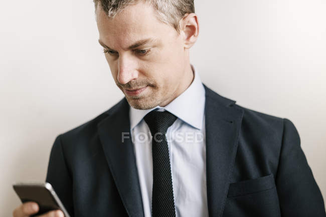 Mid adult man using smart phone — Stock Photo