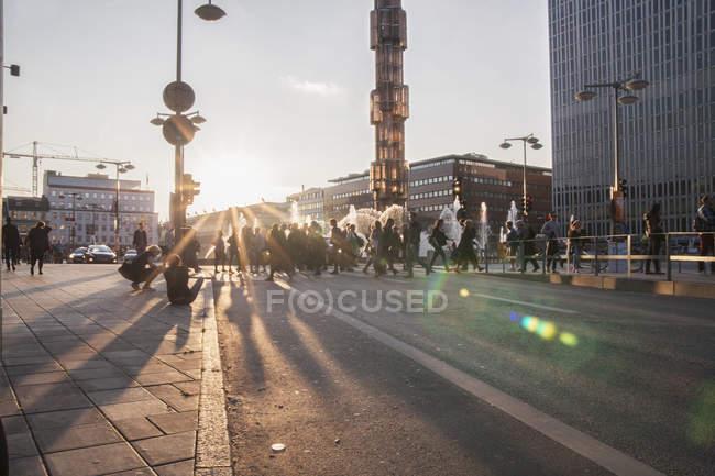 Pessoas cruzando rua no dia ensolarado — Fotografia de Stock