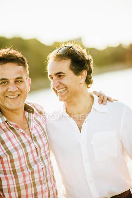 Dos hombres maduros sonriendo, se centran en primer plano - foto de stock