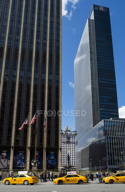Coches de taxi en la ciudad de Nueva York con rascacielos de fondo - foto de stock