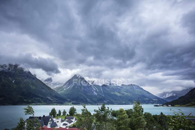 Живописный вид Hjelle Hotell и горный хребет — стоковое фото