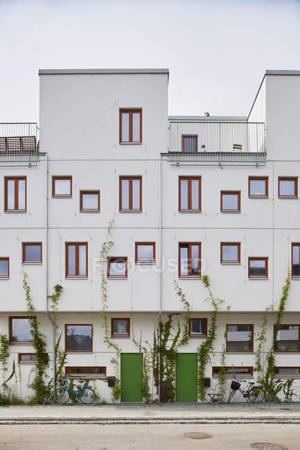 Білий будинок з Червоної windows в Мальме, Швеція — стокове фото