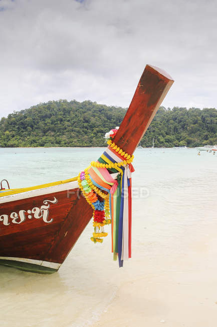 Boat on shore of beach in Ko Lanta, Thailand — Stock Photo