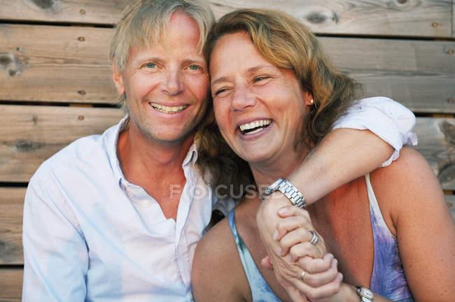 Портрет зрелой пары обнимающей, сфокусированной на переднем плане — стоковое фото