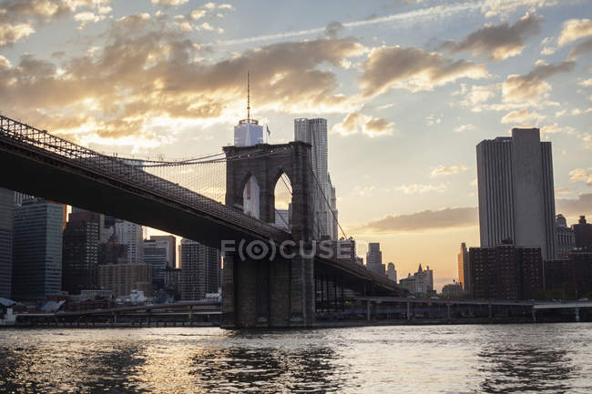 Brooklyn Bridge in New York City vor Himmel mit Wolken — Stockfoto