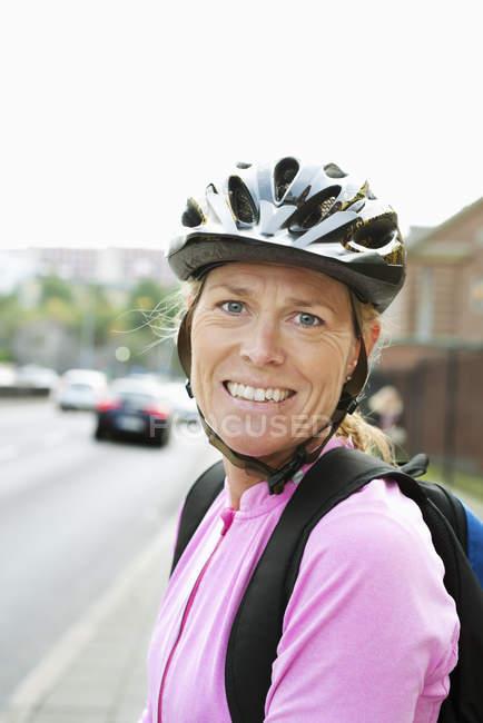 Портрет жінки носять велосипедний шолом — стокове фото