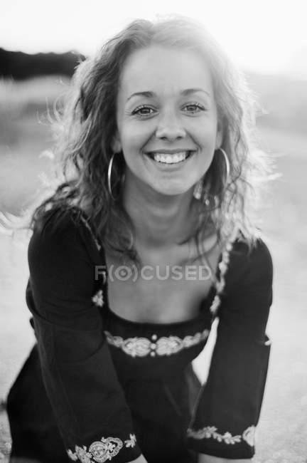 Портрет молодої жінки, що посміхається на вулиці. — стокове фото