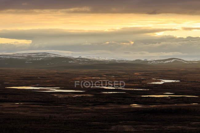 Vue panoramique du coucher de soleil sur les montagnes, Tavvavouma — Photo de stock