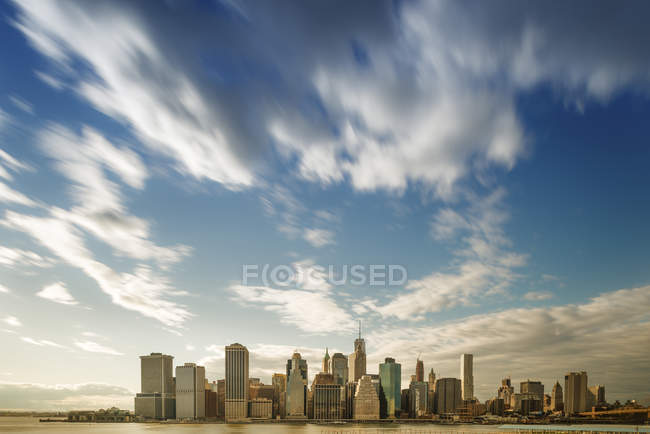 Skyline de Manhattan contre le ciel avec des nuages — Photo de stock
