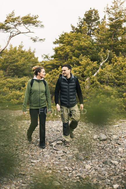Couple hiking and looking at each other outdoors — Stock Photo