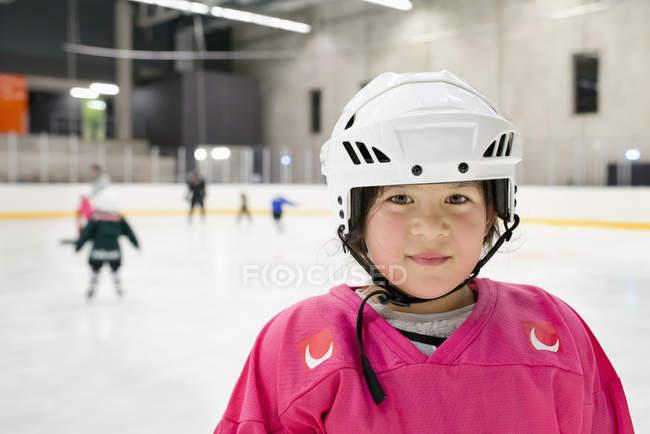 Портрет девушки в хоккейной форме — стоковое фото