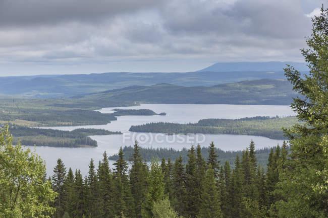Lago e floresta sob céu nublado em Jamtland, Suécia — Fotografia de Stock