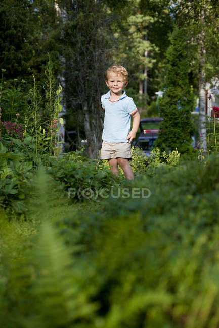 Маленький хлопчик, посміхаючись і, дивлячись на камеру, диференціальні фокус — стокове фото