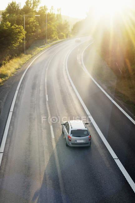 Vista de alto ângulo do carro na estrada em dia ensolarado — Fotografia de Stock
