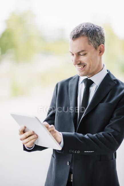 Homme adulte moyen tenant tablette numérique — Photo de stock
