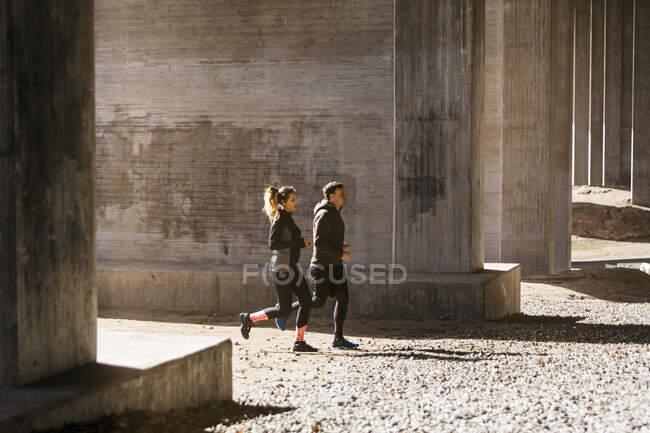 Coppia in esecuzione per strada in Stockholm, Svezia — Foto stock
