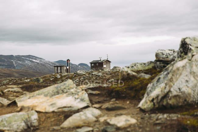 Деревянные дома в горах, фокус на фоне — стоковое фото