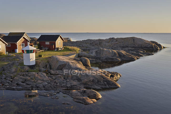 Elevated view of small houses by coastline — Stock Photo