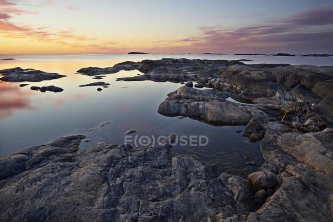 Felsküste bei Sonnenuntergang, Nordeuropa — Stockfoto