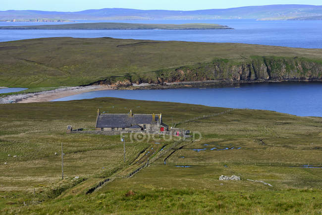 Vista de ângulo alto da cabana velha pelo mar — Fotografia de Stock