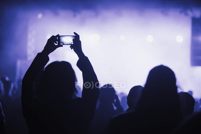 Frau benutzt Smartphone auf Konzert — Stockfoto