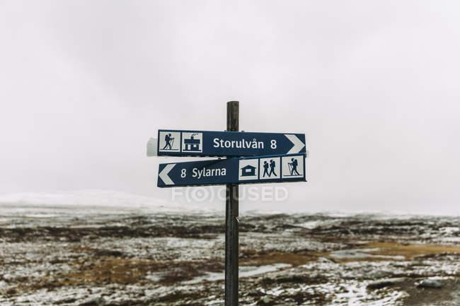 Wanderinfos im Winter, Fokus auf Vordergrund signiert — Stockfoto