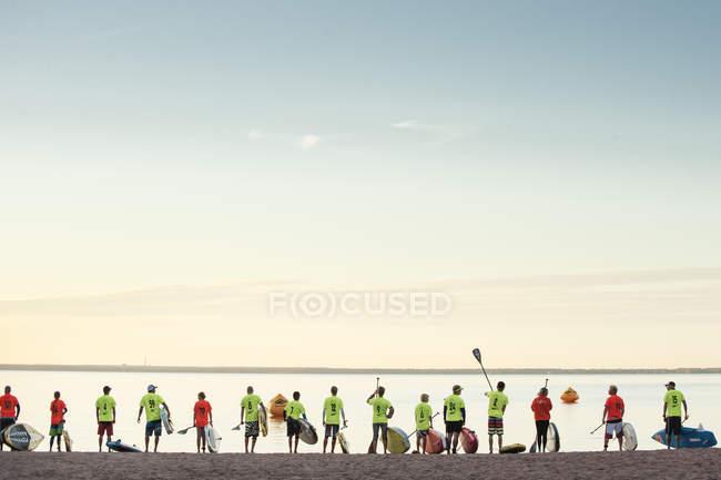 Paddel-Boarder vor dem Betreten des Sees, selektiver Fokus — Stockfoto