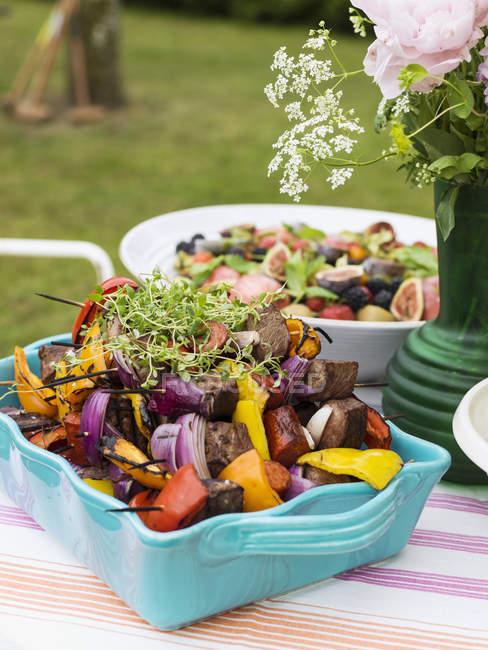 Еда, приготовленная для празднования середины лета, сосредоточиться на переднем плане — стоковое фото