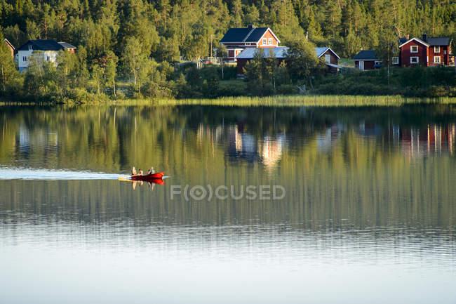 Човен на озері, селективний фокус — стокове фото