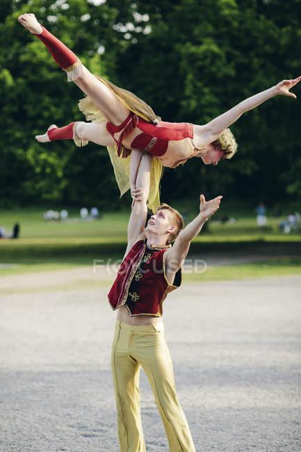 Deux acrobates de cirque dans le parc — Photo de stock