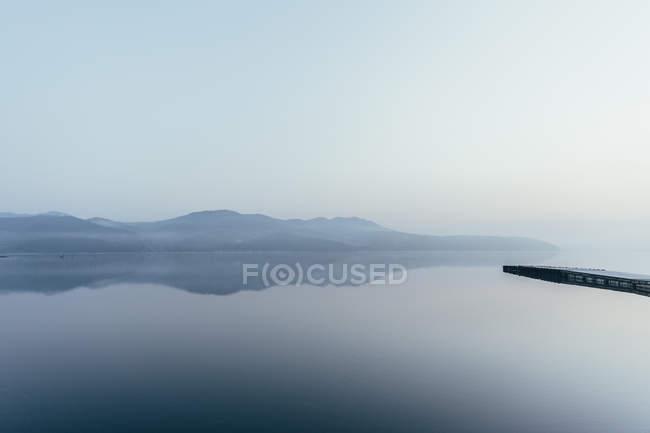 Vista panorâmica das montanhas refletindo no lago — Fotografia de Stock