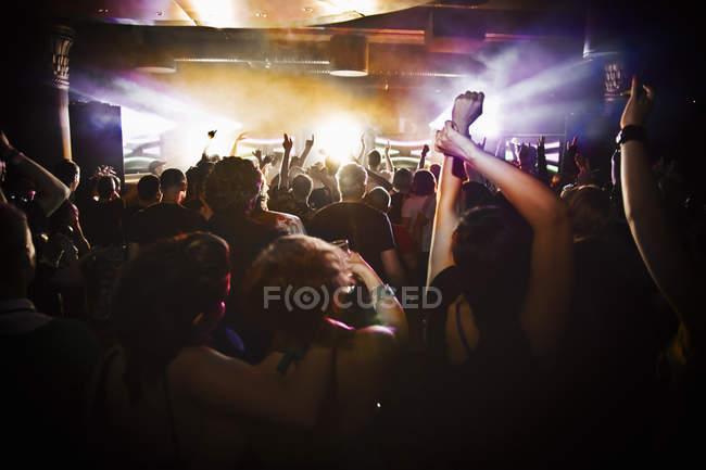 Люди танцюють на концерті, селективний фокус — стокове фото