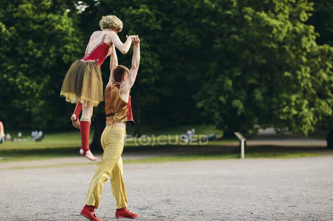 Weibliche und männliche Akrobaten im park — Stockfoto
