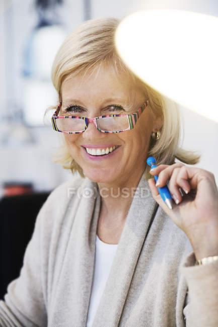 Porträt von lächelnden geschäftsfrau, differenzielle Fokus — Stockfoto