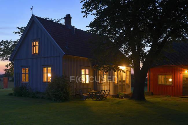 Иллюминированные дома в сумерках, северная Европа — стоковое фото