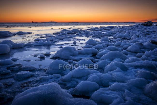 Gefrorene Küste bei Sonnenuntergang, Stockholmer Schären — Stockfoto