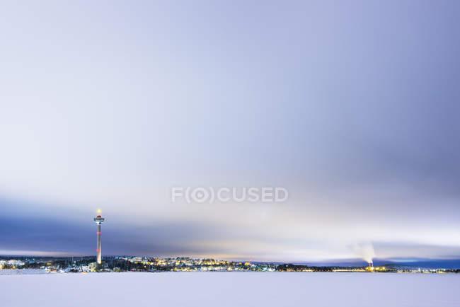 Winter-Szene mit Stadt und Kommunikation Turm im Hintergrund — Stockfoto